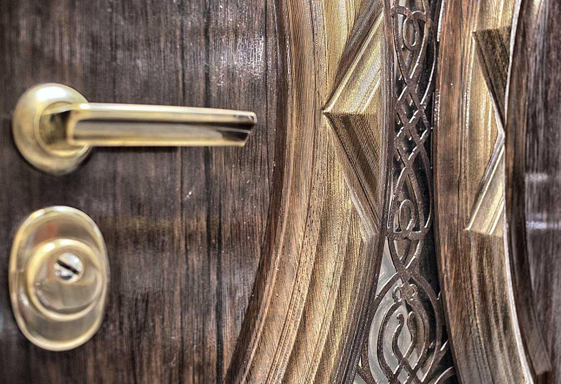 Дверь для частного дома или коттеджа