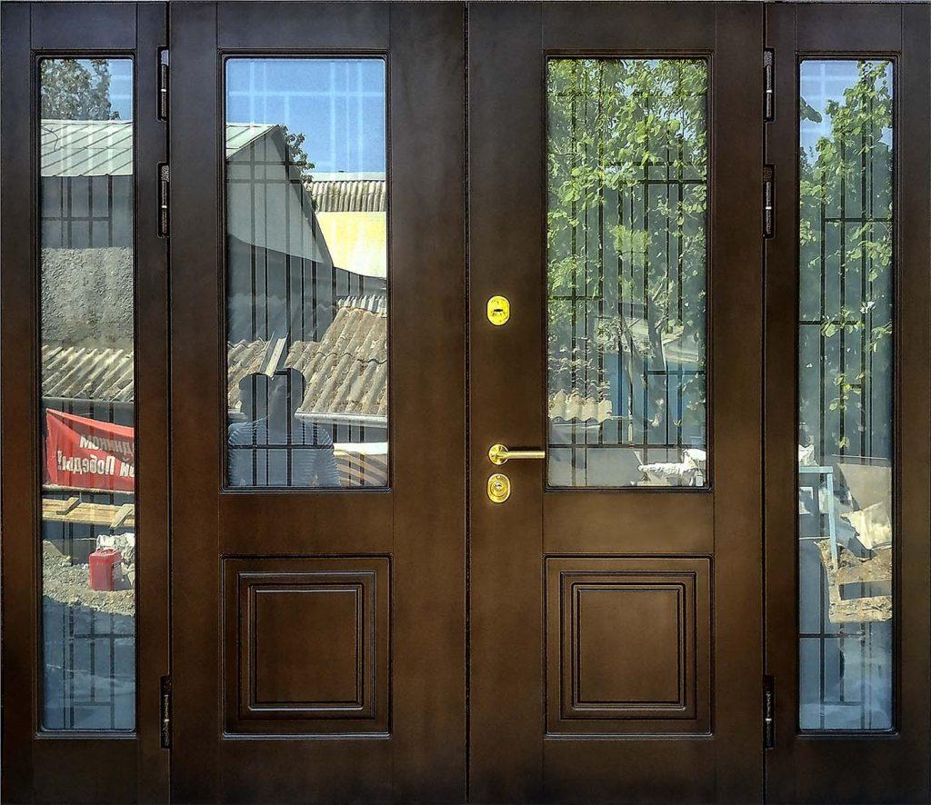 Входная дверь с остекленными фрамугами