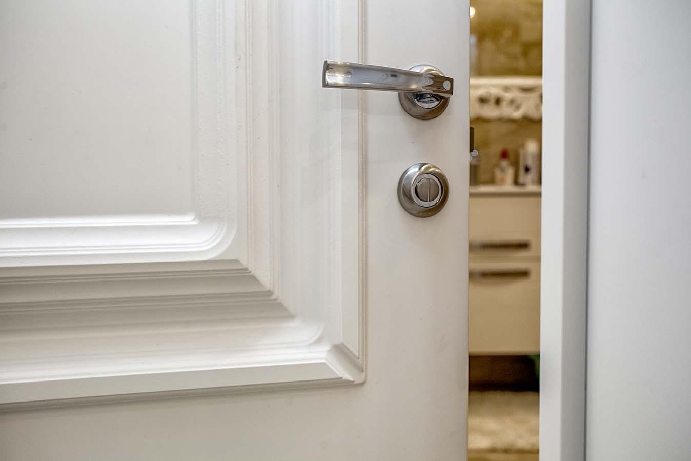 Белые классические межкомнатные двери в интерьере